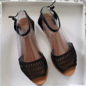 GAP Black leather sandals size 7 US